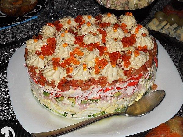 Очень вкусный салат с семгой и икрой рецепт с фото