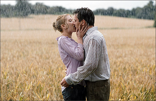 boy and girl kissing in the rain № 200419