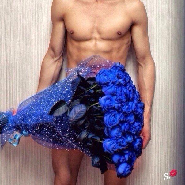 Фото голого мужчины с цветами