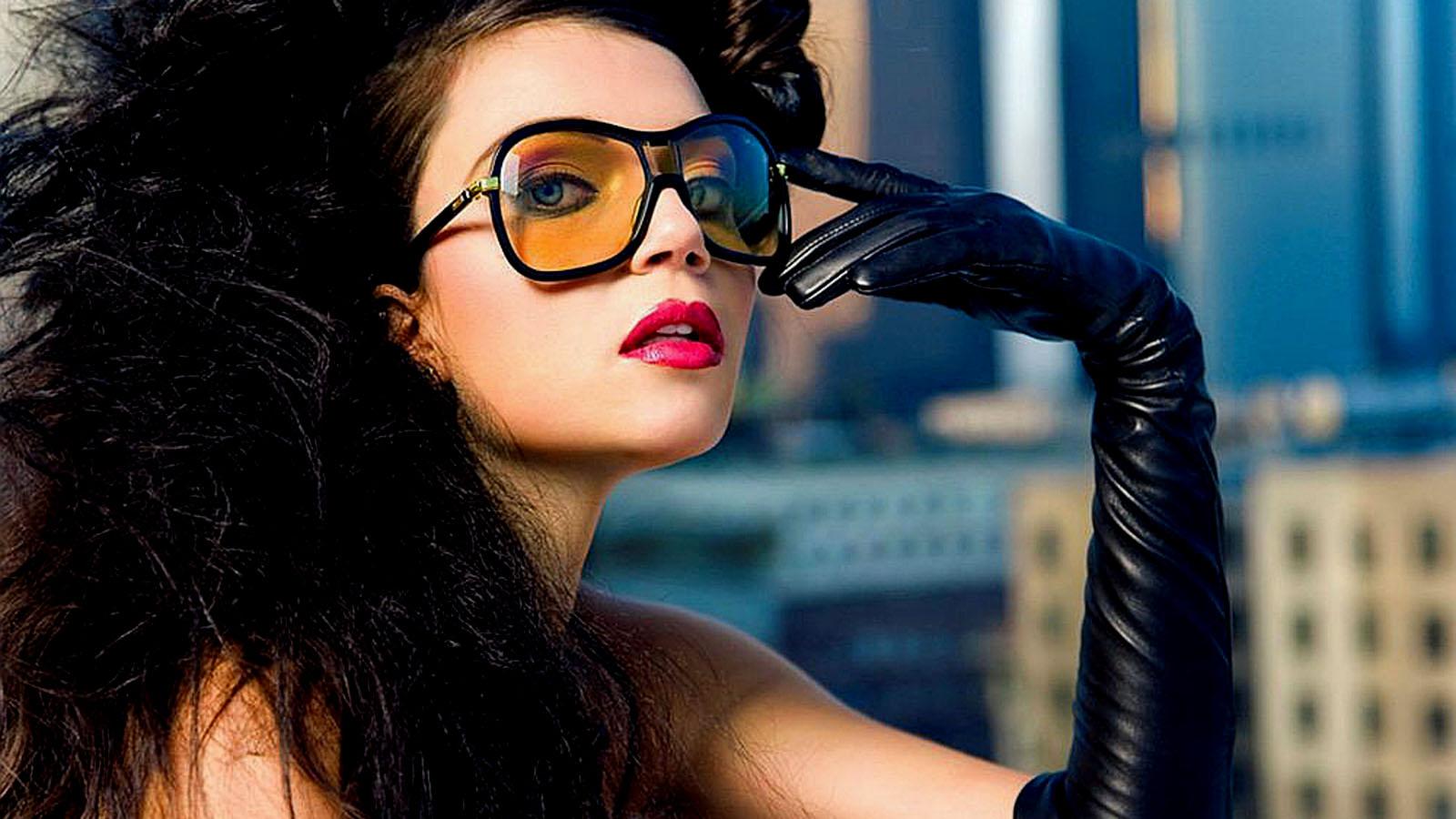 Строгая брюнетка в очках с ра 21 фотография