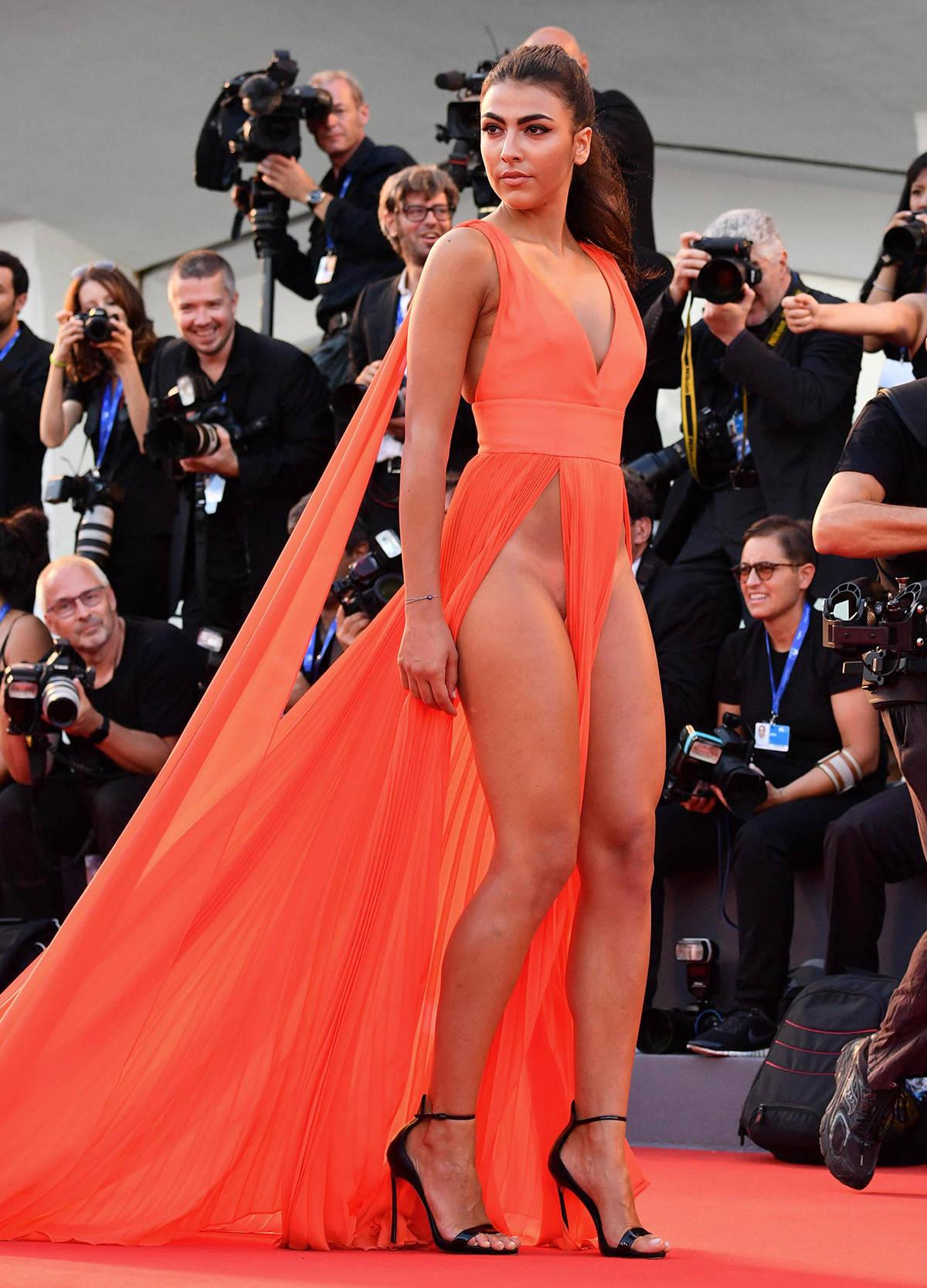 Платье Обнажило