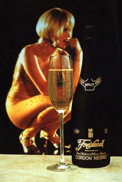 140 Девушка мастурбирует шампанским бутылкой