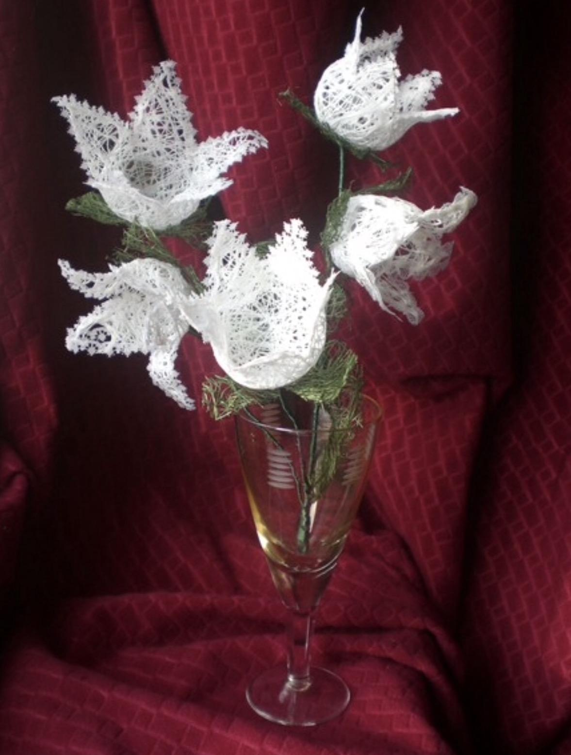 Цветы из ниток и клея