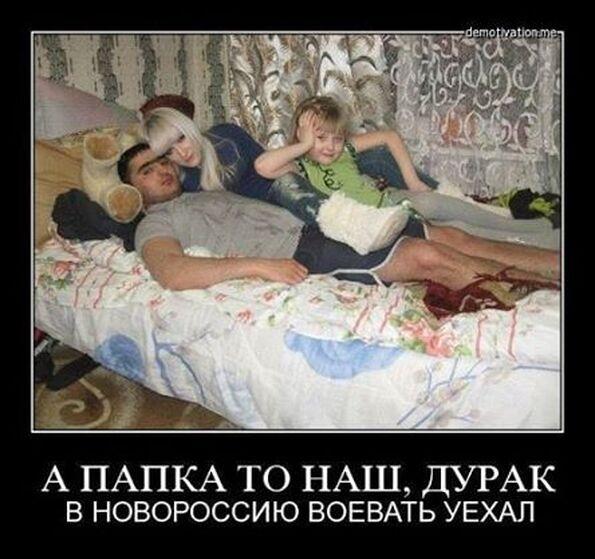 Муж лижет бритую пизду жены, а любовник ебет его в жопу