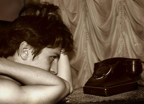 Картинка женщина ждет звонка от любимого