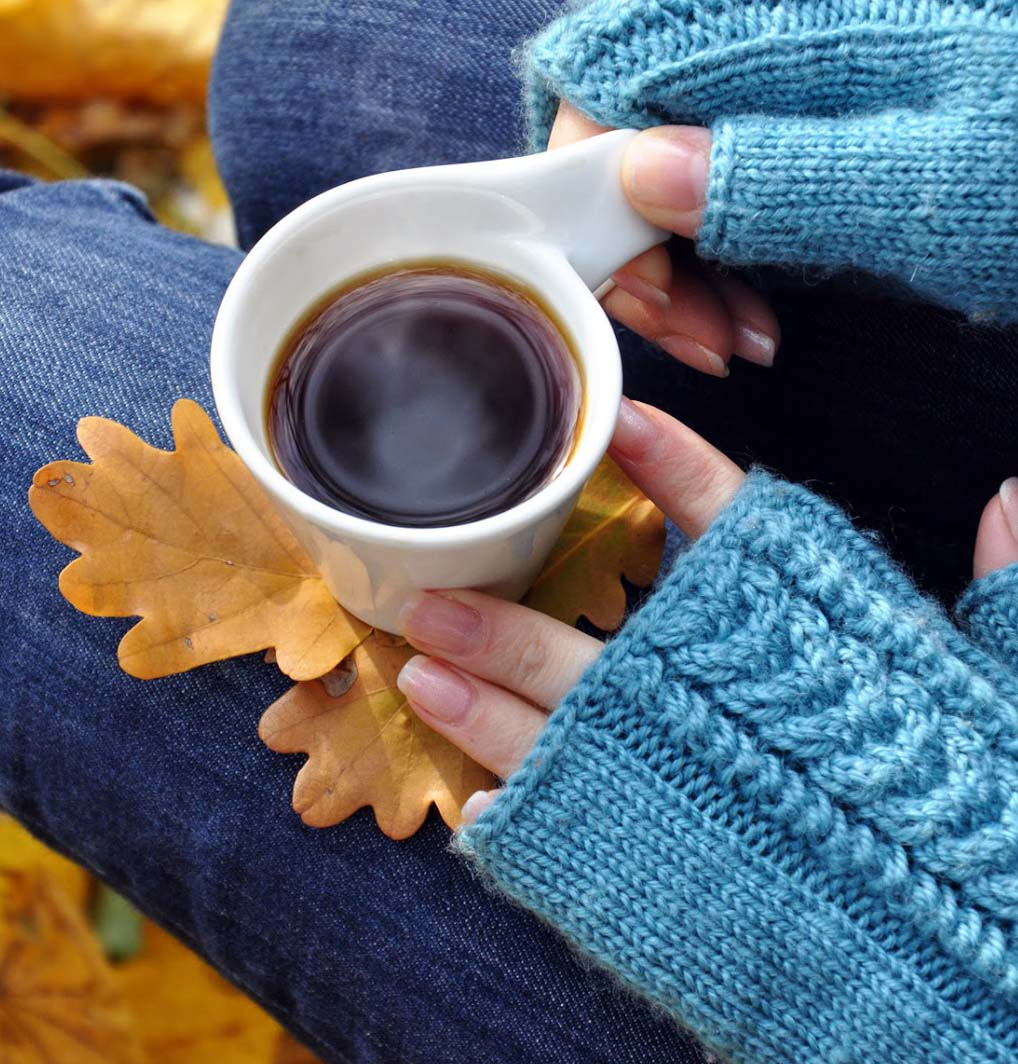 картинки кофе руки свитер белого голубого универсально