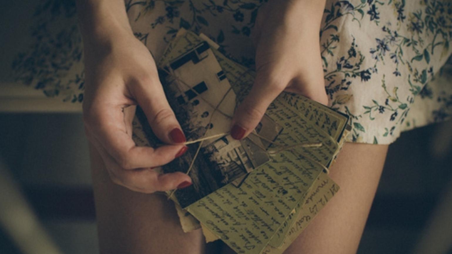 Для, открытка у девушки в руках
